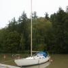 En segelbåt mittemot uteserveringen på Bondens creperie och lanthandel