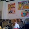 Väggarna är tapetserade med tidningspapper och konst på väggarna. Mysigt!