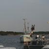 Utsikten: fiskebåten kommer och tankar utanför Pärlan på Möja