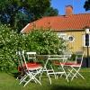 Många sittplatser i trädgården