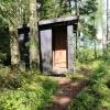 Uppe i skogen finns en torrtoalett.