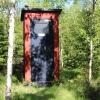 I skogen finns en torrtoalett.