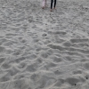 Fin sand mellan tårna och ån ansluter från havet
