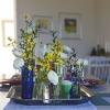Köp med dig en stol, en blomma, en bok eller ett bord.