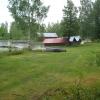 Stora gräsytor. Gamla båthus finns där också.