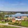 Vandrarhemmets vackra läge mellan byns två sjöar.