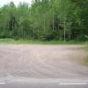 Parkeringen. Konteinrar står både på höger och vänster sida.