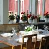 Restaurang med plats för ca 30 personer inomhus och lika många utomhus vid bra väder.