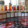 Litt av utvalet av Sund Örtagårds egenproduserte produkter i gårdsbutiken