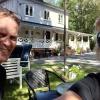 Ägarparet Janne och Thina framför det nymålade huset