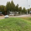 Man parkerar lämpligast på rastplatsen och går stigen vid lekplatsen.