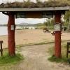 Portal in mot badet när man kommer från Naturcampingen.