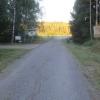 Infarten till fältet röjd från sly, skylten står rakt igen.