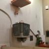 Predikstolen i svart granit pryds av reliefer utförda av skulptören Robert Nilsson.