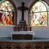Altaret med de vackra glasmålningarna.