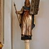 Moses på ena sidan om altaret