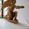 Altaret flankeras av två änglar i varsin fönsternisch.