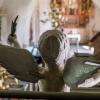 Änglaskulptur på läktaren