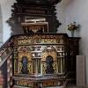 Predikstolen från 1688 vilar på en medeltida sidoaltare.