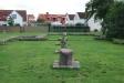 Parken mittemot kiosken med dess kyrkoruin