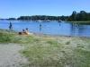 Badplatsen vid Oxnö ligger strax innanför en båtklubb.