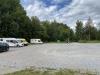 Parkeringen och vägen man kommer in. 200903