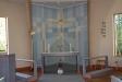 Altaret och allt runt omkring har en behaglig färgton.