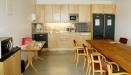 Det gemensamma köket har bl a två stora kylskåp.
