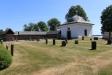Kyrkogården och gravkapellet.