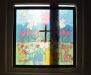 Även vid dopfuntens fönster finns ett trevligt insynsskydd som samtidigt är dekoration