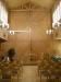 Speglarna i altarväggens kors ger intryck av ytterligare ett rum bakom altaret