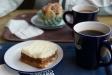 Morotskaka och bulle på Waynes Coffee i Mio möbler.