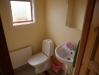 Två toaletter med handfat finns samt toa vid en dusch. Även bastu finns i byggnaden.