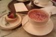 Cappuccino och vaniljkrämsbakelse med bär
