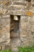 Tacksamt motiv med den nya kyrkan synlig genom portalen