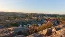 Utsikt över campingen från klippor.