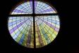 Ett vackert glasfönster ovanför altaret.