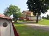 Toa och dusch finns i gula huset och i baracken hitom huset.