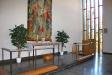 altaret och ljusinsläppet från vänster.