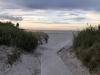 Vacker gång med sandbank till strand