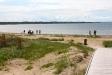 Träbryggan underlättar att ta sig ner till stranden.