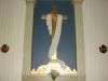 Altarprydnaden (tillv. 1860) Korset med nedhängande mantel och en törnekrona.