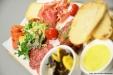 Charktallrik med ostar och charkuterier