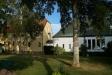 Den vita kyrkan sedd från strandpromenaden. Gästhuset till vänster i bild.