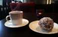Kaffe och chokladboll