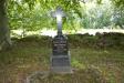 Gravstenarna på kyrkogården är få