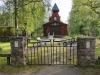 Kapellets huvudingång med smidade grindar och byggnadsår.