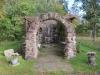 Strax intill kapellets ingång finns denna stenbyggnation med offerbrunn.