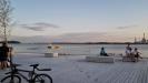 Fotot taget sent på kvällen i slutet av juli och solens strålar dröjer sig kvar över strand och bad.
