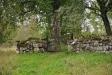 Kyrkogården omgärdas av en mur
